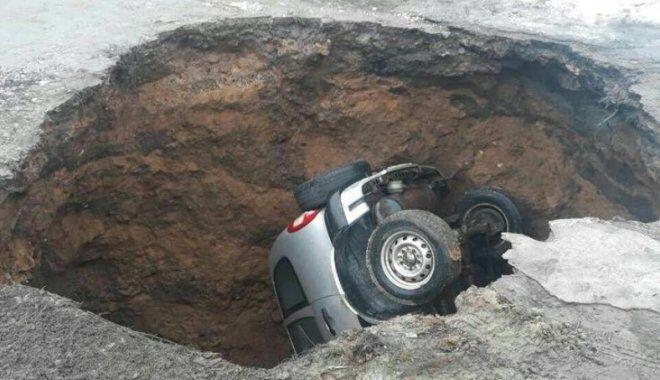 """У Харкові автомобіль """"пірнув"""" у пастку"""