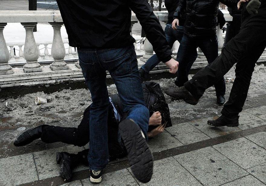 """Грабувати, принижувати, вбивати: як розважаються """"банди"""" підлітків в Україні"""