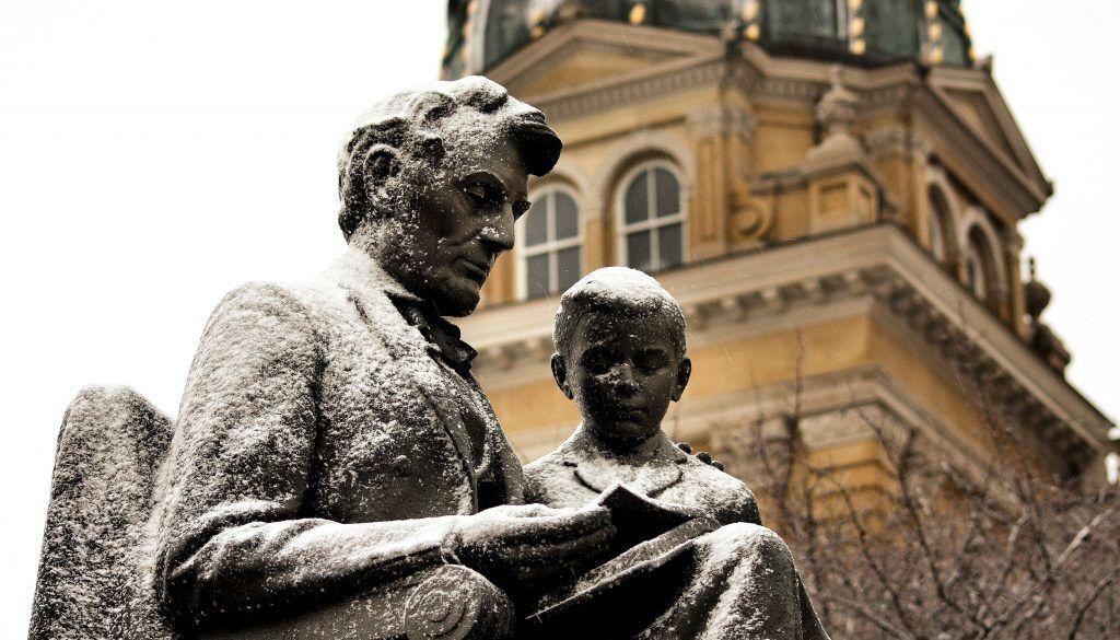 Памятник Аврааму Линкольну с сыном Тедом в городе Де Мойн, столице штата Айова. Установлен в 1961-м году, в честь 150-летия со дня рождения Линкольна