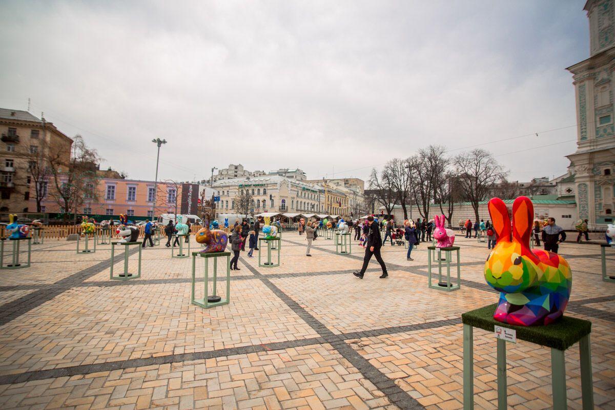 На Софийской появились гигантские писанки и зайчики