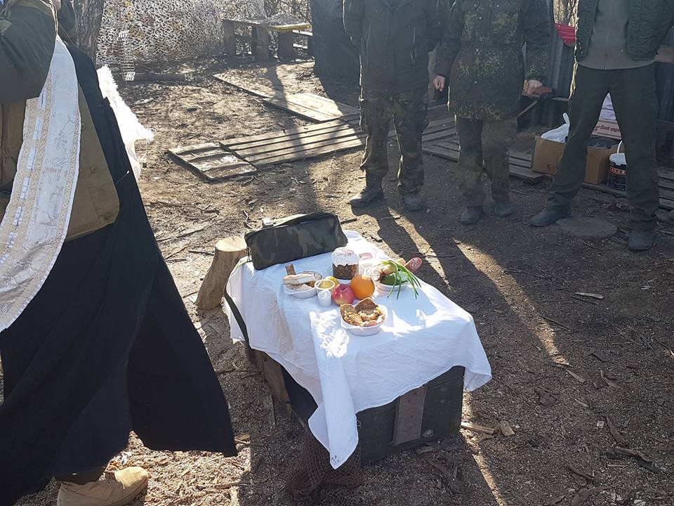 Під обстрілом: як воїни святкують Великдень в АТО