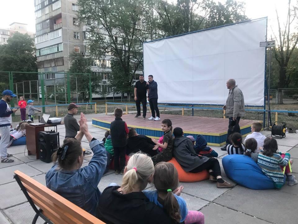 В Киеве во дворе дома заработал кинотеатр под открытым небом
