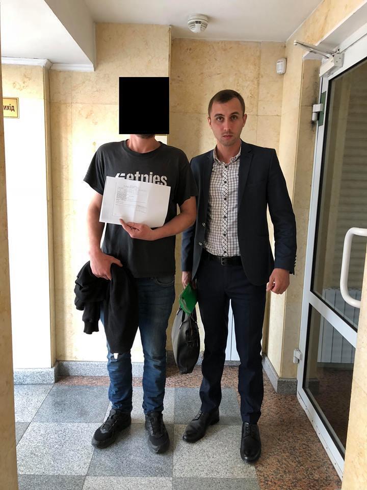 Артем (зліва) разом з адвокатом Дмитром Кострюковим після суда 16 травня