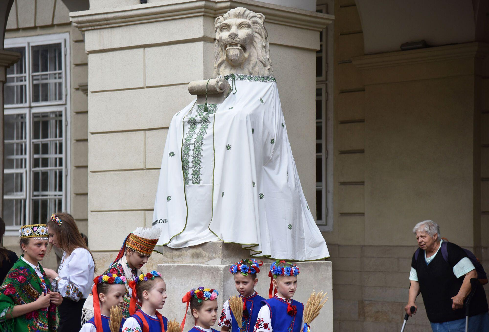 У Львові античні боги і леви одяглися у вишиванки