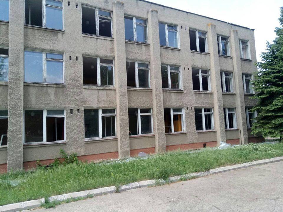 В Светлодарске снаряд боевиков разорвался на школьном дворе