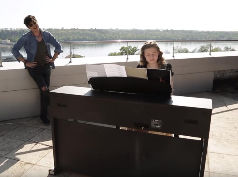 Pianoбой спел на крыше под аккомпанемент юной пианистки из Запорожья