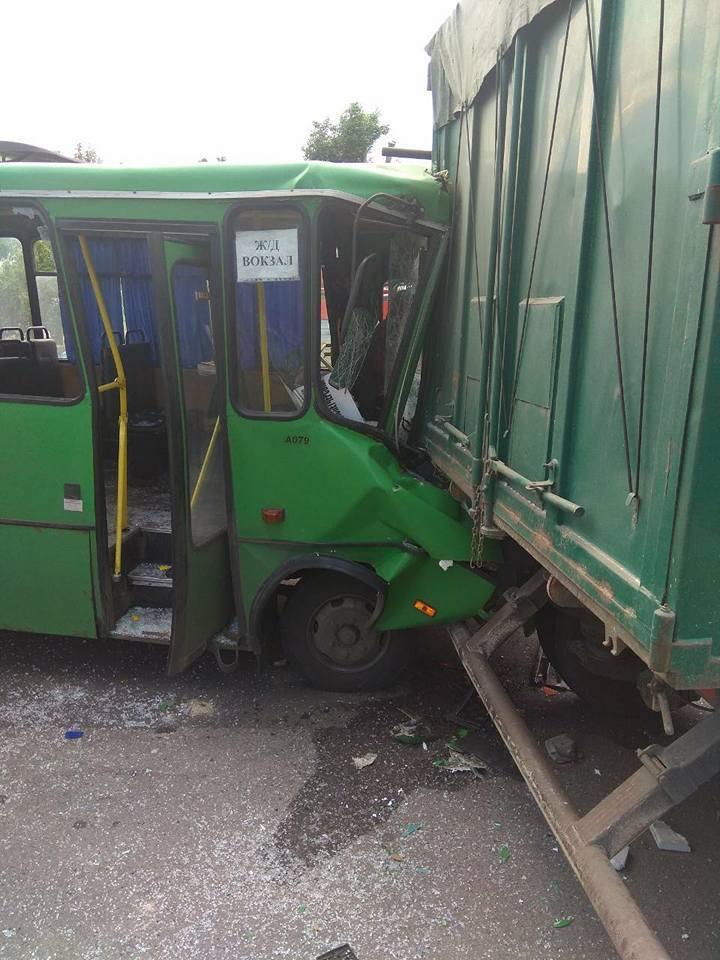 ДТП на Дніпропетровщині з маршруткою: 22 поранених
