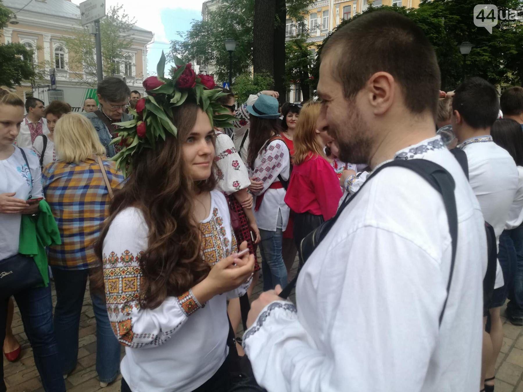 """В Киеве устроили яркий """"Мегамарш вышиванок"""""""