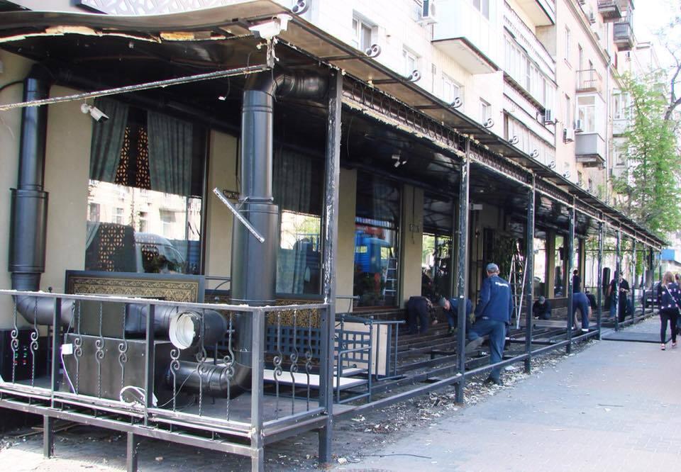 В Киеве снесли незаконную террасу ресторана