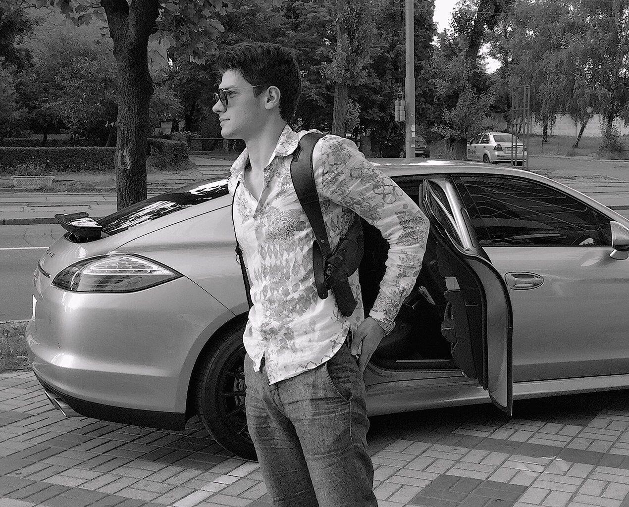 Муса Саітов з пістолетом в кобурі