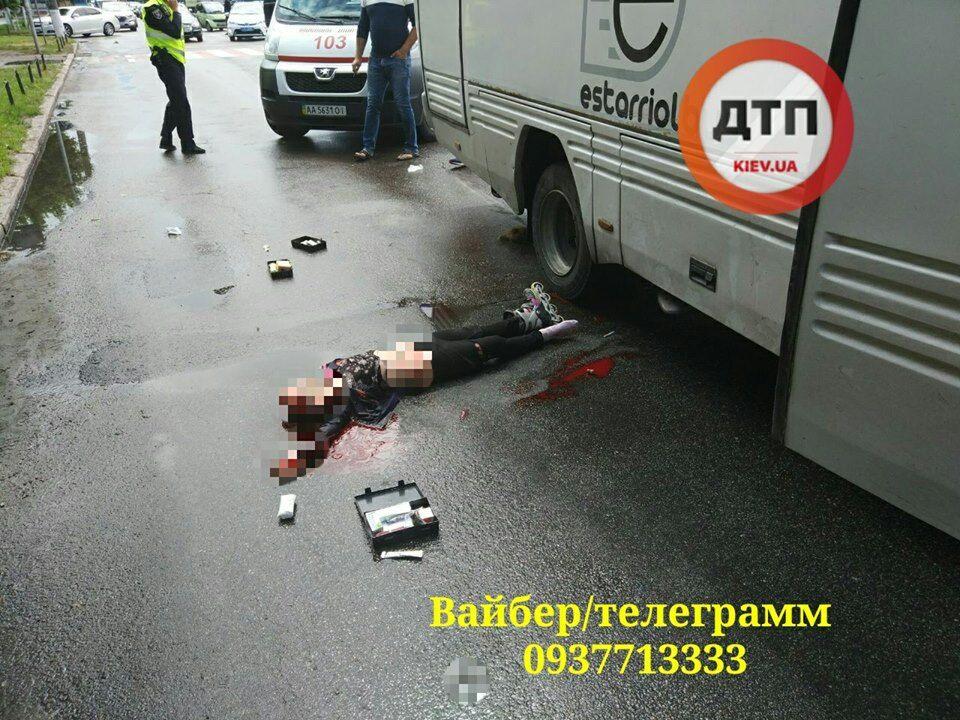 Під Києвом діти потрапили в смертельну ДТП: фото 18+