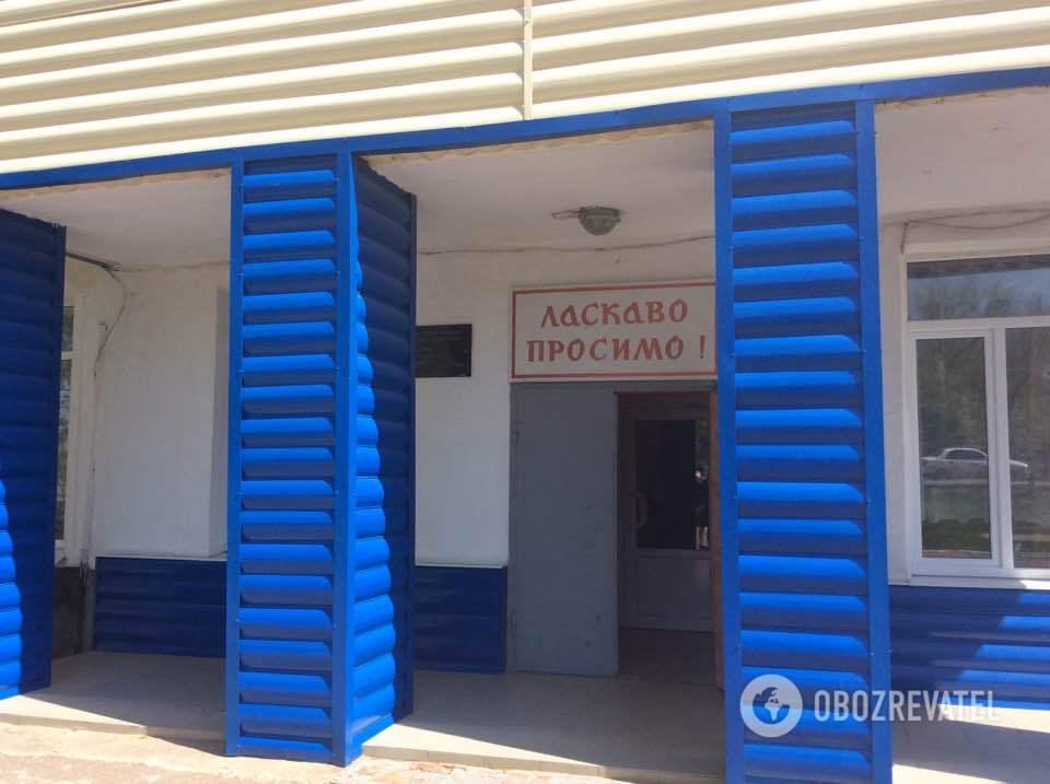"""""""Ласкаво просимо!"""" - вітання на вході до школи. Цей навчальний заклад став """"першопроходцем"""" у Авдіївці: навчання з 1998 року ведеться українською мовою."""