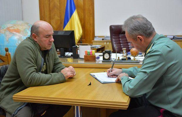 Волонтер Роман Доник и начальник Генерального штаба Виктор Муженко