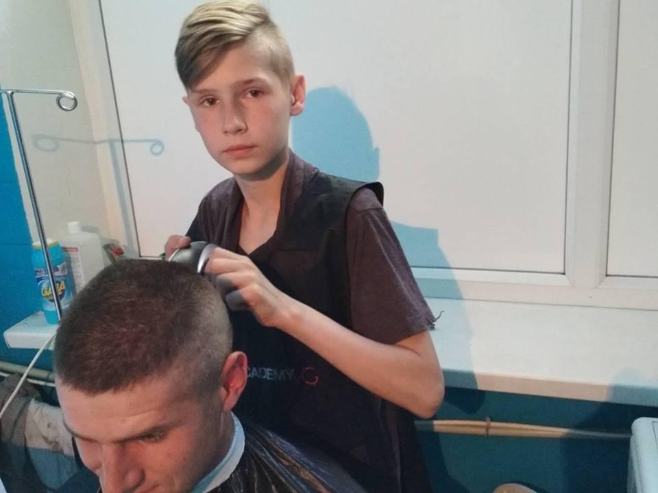 """""""Поступок на 100%!"""" Юный парикмахер из Мариуполя растрогал военных"""