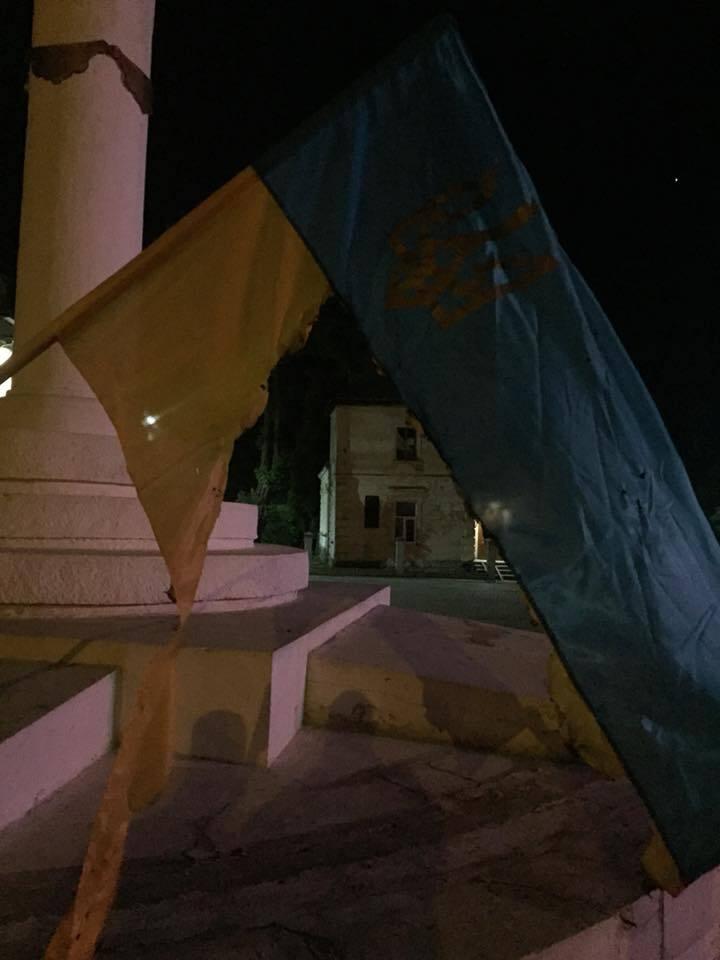 На Львівщині чоловік спалив прапори України