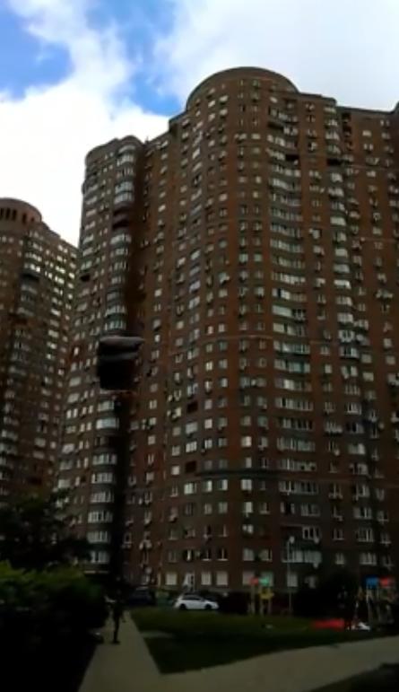 З вікна з парашутом: екстремал здивував киян