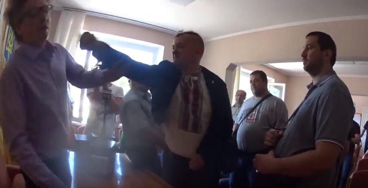 """Под Киевом """"свободовцы"""" избили главу сельсовета Подгорцов"""