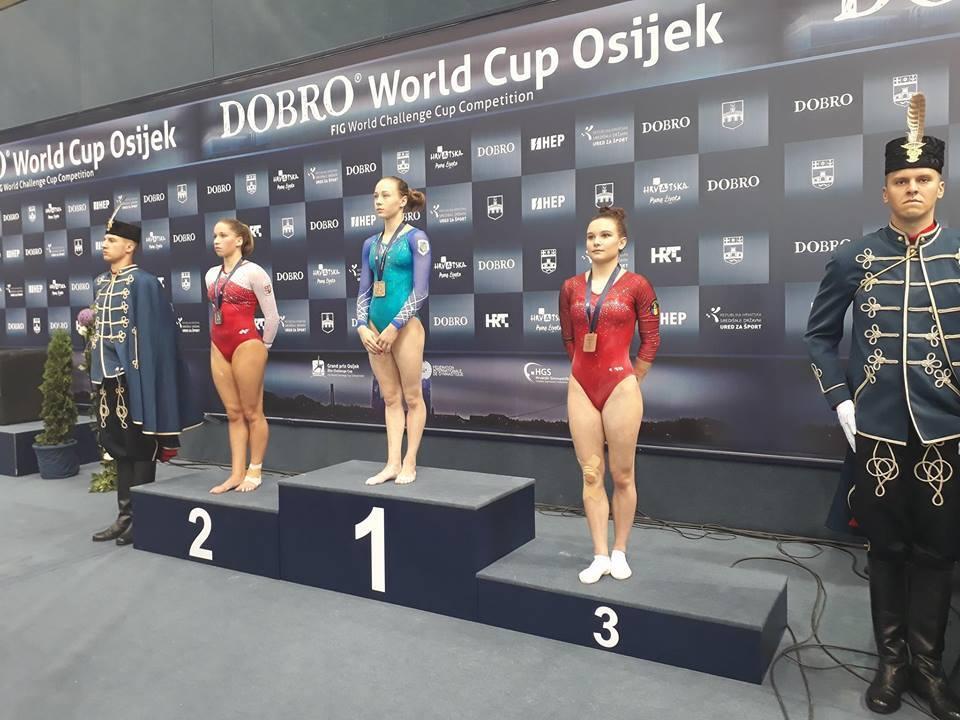 Диана Варинская (в центре)