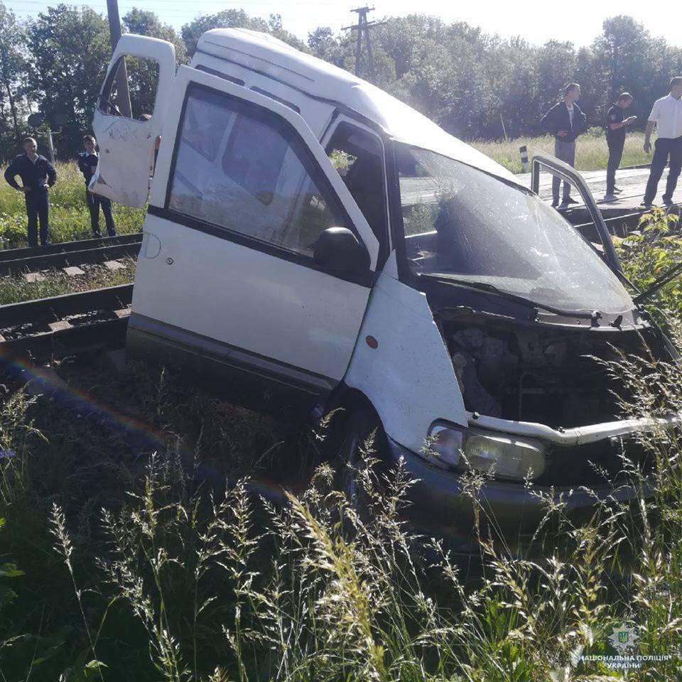 На Одещині потяг зніс авто з дітьми на переїзді: є жертва