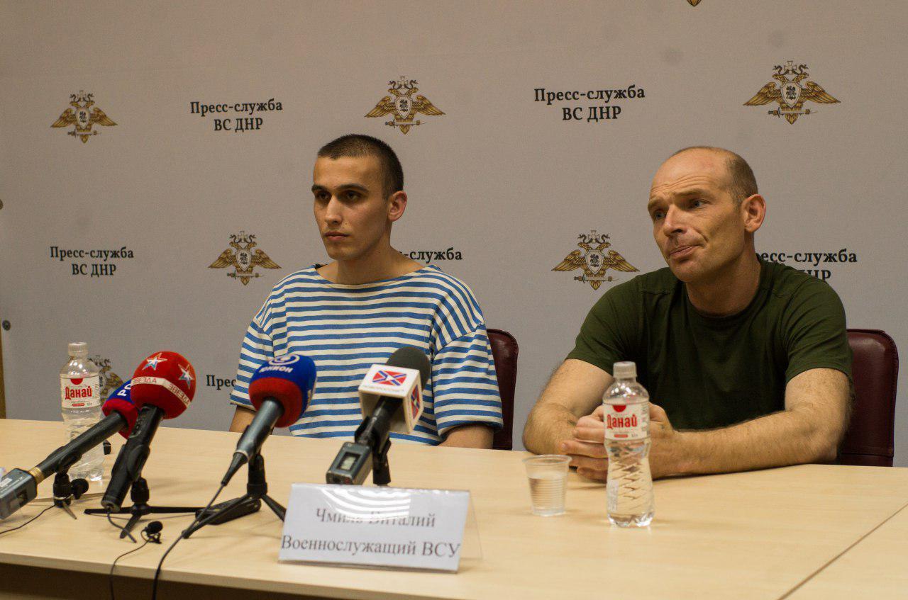 Віталій Чміль, боєць 36-ї бригади морської піхоти (праворуч) - ймовірно дезертирував з частини і сам перейшов лінію розмежування