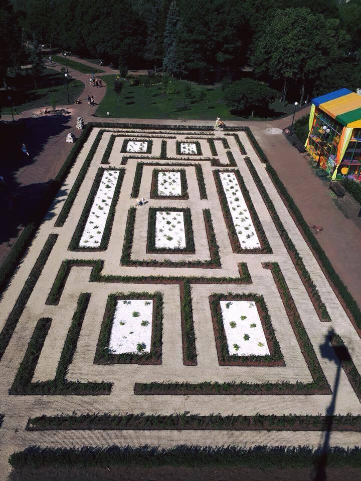 У парку Києва з'явився лабіринт: фотофакт