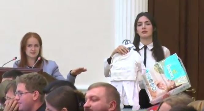 В Украине семьям будут оплачивать нянь из бюджета