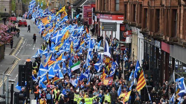 ВГлазго десятки тыс. человек митинговали занезависимость Шотландии