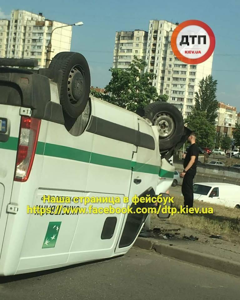 В Киеве Hyundai перевернул инкассаторский бус: фото ДТП