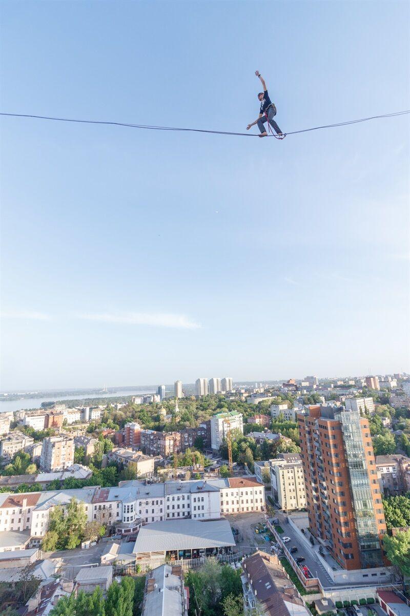 Экстремалы из Днепра прошлись по веревке между небоскребами