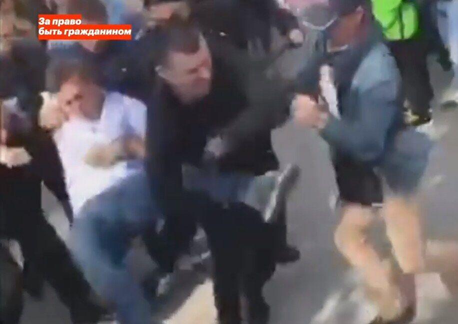 Унесли на руках: в Москве задержали Навального