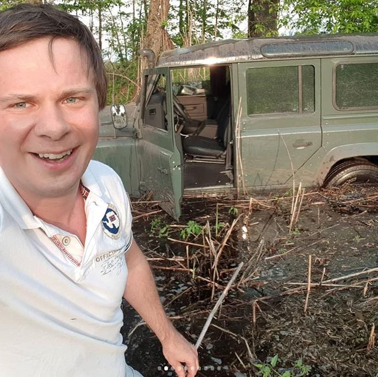 """Ведущий """"Мира наизнанку"""" провалился в болото под Черкассами: фото, видео"""