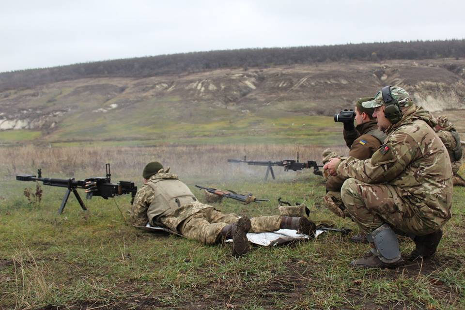 Роман Донік на заняттях кулеметників, які працюють з ДШК