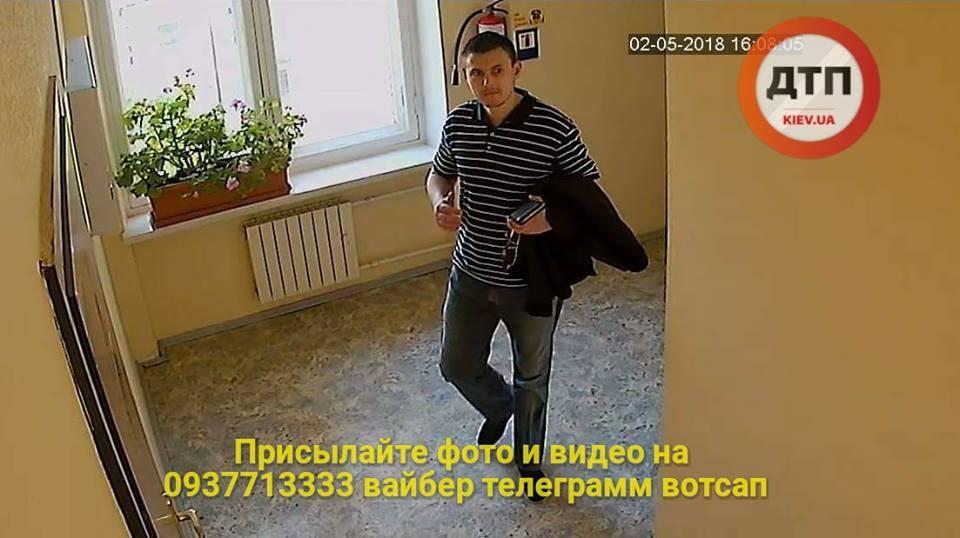 """У Києві на камерах """"засвітився"""" злодій, що орудує в офісах"""