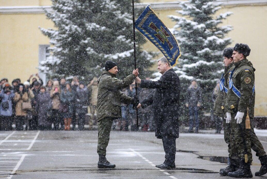 Президент Порошенко вручает награду батальону командиру подразделения полковнику Виктору Толочко