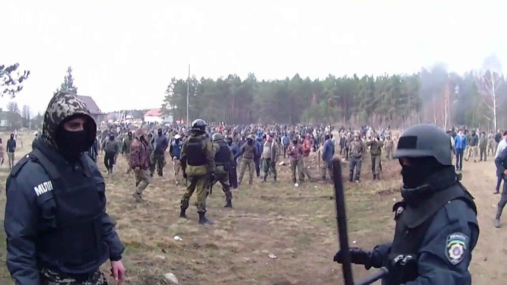 Сутичка між поліцейськими і людьми, що займаютьсянезаконним видобутком бурштину на Рівненщині