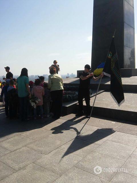 Вечный огонь в центре Киева 08.05.2018 охраняют два молодых человека с флагами