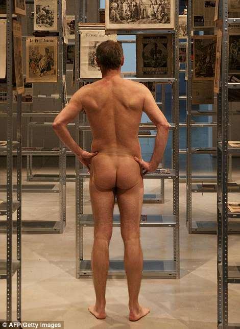 Нудисты в музее Парижа