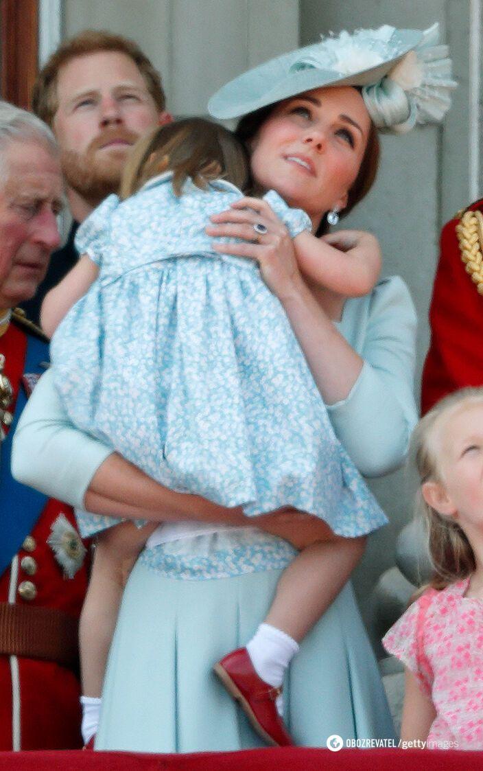Принцеса Шарлотта на руках у мами