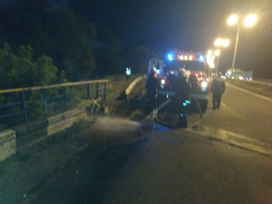 Прибирала армія: вантажівка злетіла з моста і впала на рейки