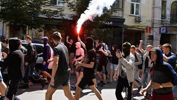 Радикали під час ЛГБТ-маршу у Києві