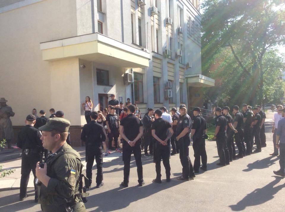"""Активистов С14 задержали за """"издевательство"""" над памятником"""