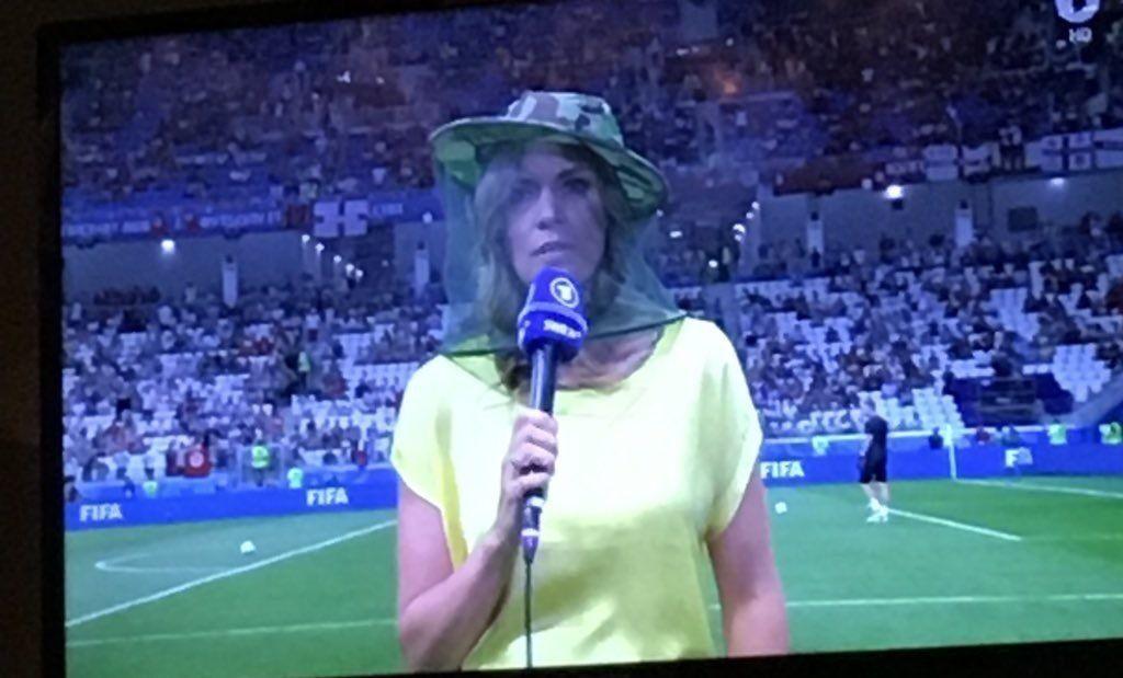Журналистка в защитной маске на стадионе перед матчем Туниса и Англии