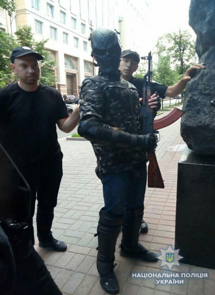 Новая провокация Киева:  под стенами Кабмина задержали подростка с ружьем - шел «стрелять по депутатам»
