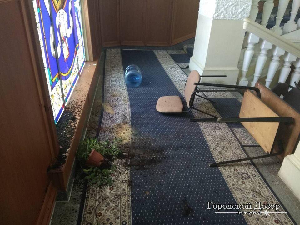 На мэрию Харькова напали: фото последствий погрома