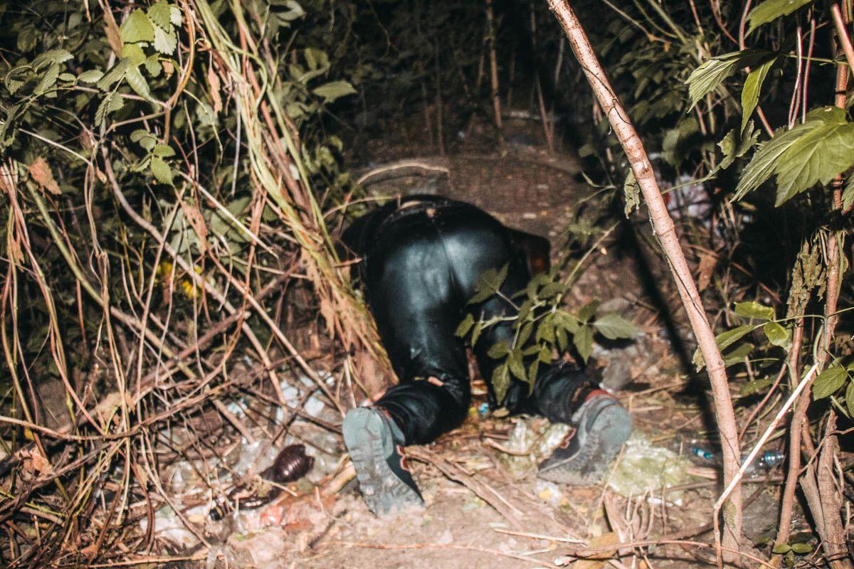 У Києві знайшли труп, що лежав на колінах