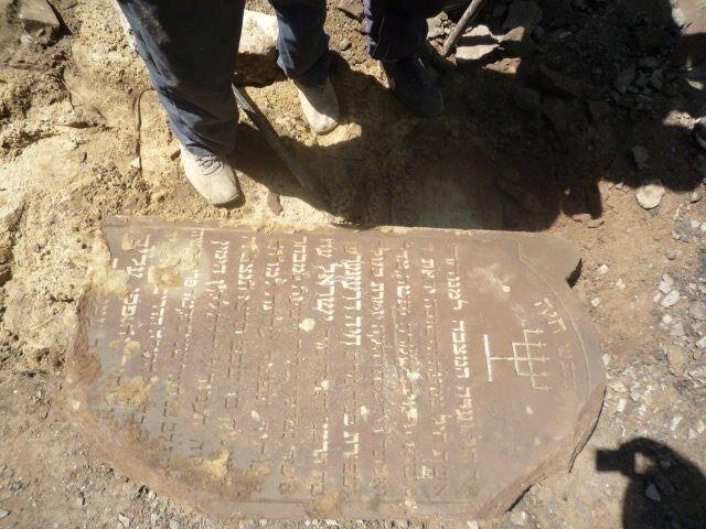 Во Львове случайно раскопали могильные плиты