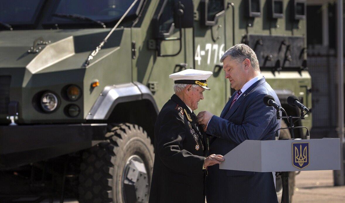 Внук погиб в АТО: ветеран получил награду от Порошенко