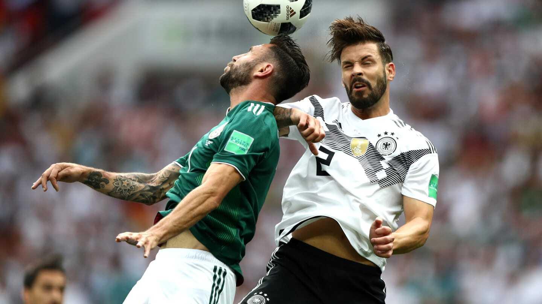 Борьба в матче Германии и Мексики
