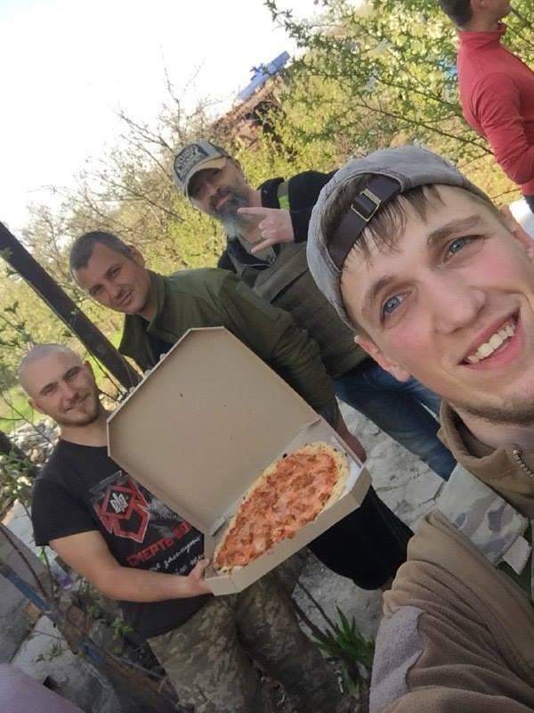 """Раз на тиждень хлопці з маріупольської піцерії """"Ветерано"""" возять """"підвішені"""" піци на передову. На передньому плані - Олексій """"Кельт"""""""