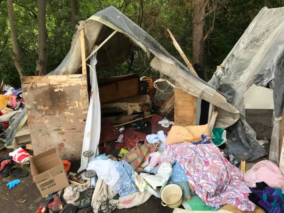 Різали ножами: подробиці і фото нападу на табір ромів у Львові
